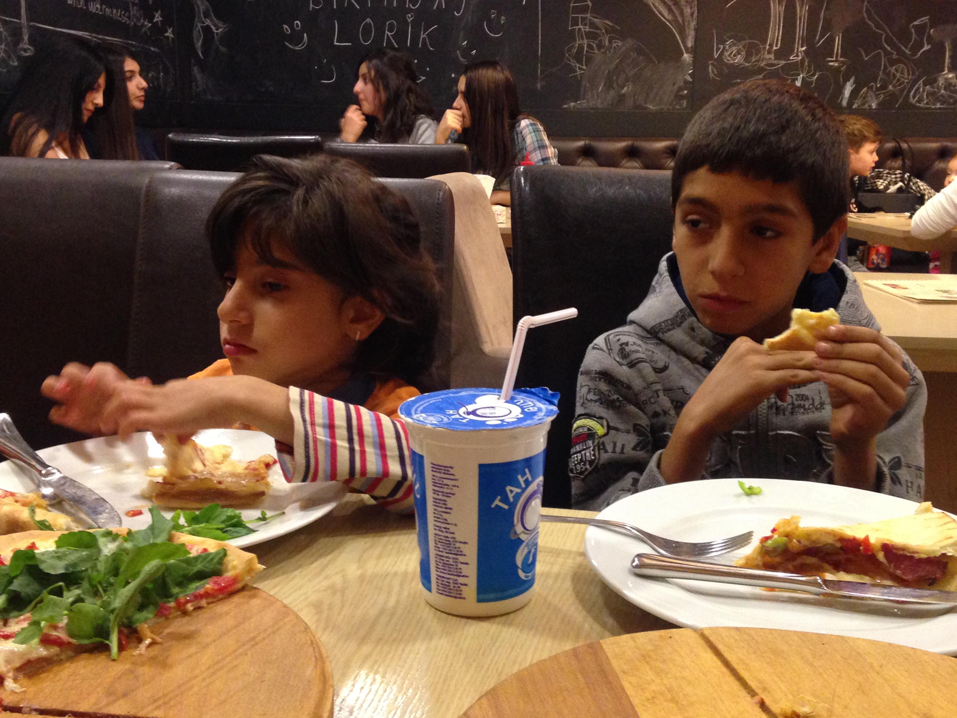 Pizza essen mit den Kindern